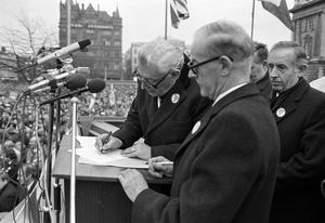 PACEMAKER BELFAST.  Ian Paisley  and Jim Molyneaux sign away their seats in Westminster during Loyalist Rally. 23/11/85.1224/85/bw
