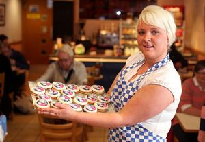 13.08.12. PICTURE BY DAVID FITZGERALDCelebrations were on-going yesterday in Holywood as Rory McIlroy added another Major Title to his Trophy Cabinet. Jade Walsh Assistant Manager of Skinners Bakery pictured with their Rory McIlroy buns