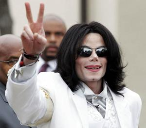 Singer/songwriter Michael Jackson waves to fans as he arrives for court on September 17, 2004 in Santa Maria, California