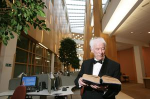 Nobel prize-winning poet Seamus Heaney gets a chance to look over some books before the offical opening of Queens Unversity's new McClay Library