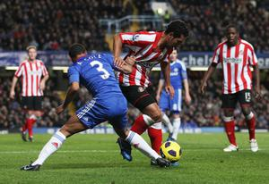 LONDON, ENGLAND - NOVEMBER 14:  Ashley Cole of Chelsea tangles with Kieran Richardson of Sunderland during the Barclays Premier League match between Chelsea and Sunderland at Stamford Bridge on November 14, 2010 in London, England.  (Photo by Scott Heavey/Getty Images)