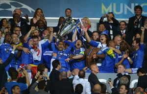MUNICH, GERMANY - MAY 19:  Frank Lampard of Chelsea lifts the trophy and celebrates with his team mates after their victory in the UEFA Champions League Final between FC Bayern Muenchen and Chelsea at the Fussball Arena München on May 19, 2012 in Munich, Germany.  (Photo by Lars Baron/Bongarts/Getty Images)