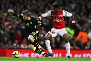 LONDON, ENGLAND - JANUARY 09:  Adam Clayton (L) of Leeds United holds off the challenge of Alex Song (R) of Arsenal during the FA Cup Third Round match between Arsenal and Leeds United at the Emirates Stadium on January 9, 2012 in London, England.  (Photo by Clive Mason/Getty Images)