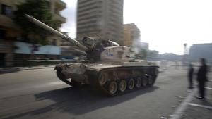 Tanks move through the streets near Tahrir Square in Cairo, Egypt, as protesters gather to call for the resignation of President Mubarak. PRESS ASSOCIATION Photo. Picture date: Sunday January 30, 2011. Egypt risks falling into the hands of extremists if President Hosni Mubarak does not push ahead with a democratic 'transformation', Foreign Secretary William Hague warned today. See PA story POLITICS Egypt. Photo credit should read: Lewis Whyld/PA Wire