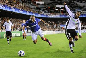 VALENCIA, SPAIN - NOVEMBER 02:  Madjid Bougherra of Glasgow Rangers (L) and Roberto Soldado of Valencia CF duels for a ball during their UEFA Champions League group C match between Valencia CF and Glasgow Rangers at the Mestalla Stadium on November 2, 2010 in Valencia, Spain.  (Photo by David Ramos/Getty Images)