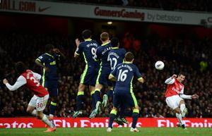 LONDON, ENGLAND - APRIL 16:   Robin van Persie of Arsenal takes a free kick during the Barclays Premier League match between Arsenal and Wigan Athletic at Emirates Stadium on April 16, 2012 in London, England.  (Photo by Laurence Griffiths/Getty Images)