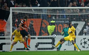 DONETSK, UKRAINE - NOVEMBER 03: Craig Eastmond of Arsenal deflects the ball past his own keeper Lukasz Fabianski off a shot from Dmytro Chyg rynskiy of FC Shakhtar Donetsk, during the Champions League Group H match between FC Shakhtar Donetsk and Arsenal at the Donbass Arena on November 3, 2010 in Donetsk, Ukraine.  (Photo by Laurence Griffiths/Getty Images)