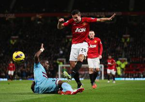 MANCHESTER, ENGLAND - NOVEMBER 28:  Robin van Persie of Manchester United is blocked by Guy Demel of West Ham United during the Barclays Premier League match between Manchester United and West Ham United at Old Trafford on November 28, 2012 in Manchester, England.  (Photo by Clive Brunskill/Getty Images)