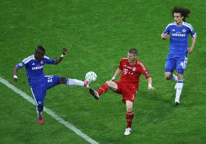 MUNICH, GERMANY - MAY 19:  Bastian Schweinsteiger of FC Bayern Muenchen and Salomon Kalou of Chelsea fight for the ball during UEFA Champions League Final between FC Bayern Muenchen and Chelsea at the Fussball Arena München on May 19, 2012 in Munich, Germany.  (Photo by Christof Koepsel/Bongarts/Getty Images)