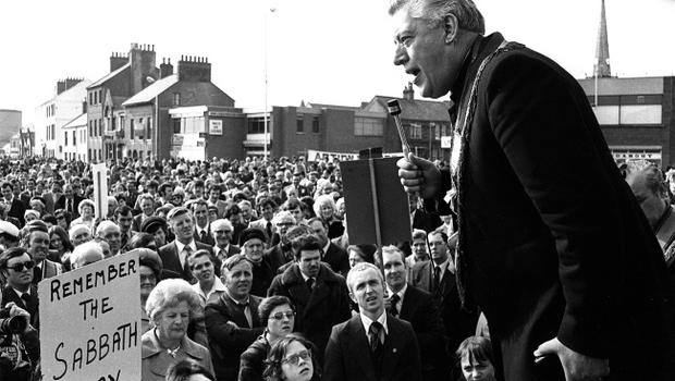 PACEMAKER ARCHIVE 1978              REF  174/78Rev Ian paisley protesting in Carrick at the fact that the BBC were filming Its a Knockout on a Sunday23/4/78