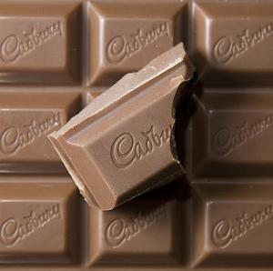 Cadbury has backed a fresh takeover offer from US food giant Kraft