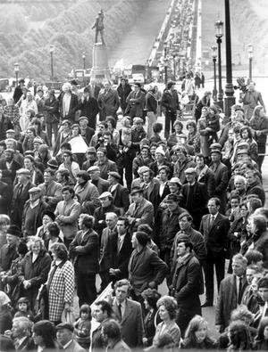 Crowds at Stormont during the Ulster Worker's Council strike. 28/05/74