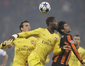 Arsenal's Sébastien Squillaci, centre,  is tackled by Shakhtar Donetsk's Eduardo during their Champions League group H soccer match  in Donetsk, Ukraine, Wednesday, Nov. 3, 2010. (AP Photo / Efrem Lukatsky)