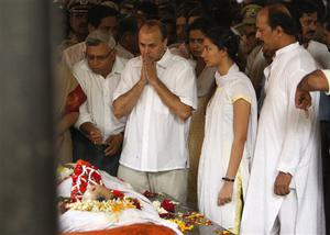 Family members pay their last respects to Hemant Karkare, the chief of Mumbai's Anti-Terrorist Squad, just before his cremation in Mumbai, India, Saturday, Nov. 29, 2008.  Indian commandos killed the last remaining gunmen holed up at a luxury Mumbai hotel Saturday, ending a 60-hour rampage through India's financial capital by suspected Islamic militants that killed people and rocked the nation. (AP Photo/Saurabh Das)