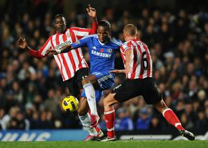 LONDON, ENGLAND - NOVEMBER 14:  Didier Drogba of Chelsea takes on Lee Cattermole and Danny Welbeck of Sunderland during the Barclays Premier League match between Chelsea and Sunderland at Stamford Bridge on November 14, 2010 in London, England.  (Photo by Michael Regan/Getty Images)