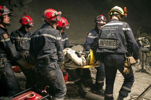 US citizen Carla Shown is carried by French firefighters after being rescued from the rubble of the collapsed Montana Hotel in Port-au-Prince, Thursday, Jan. 14, 2010. (AP Photo/Ramon Espinosa)