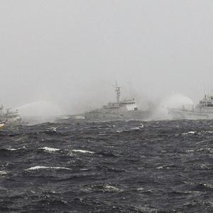 Japanse coast guard ships fire water cannon at Taiwanese boats in the islands dispute (AP)