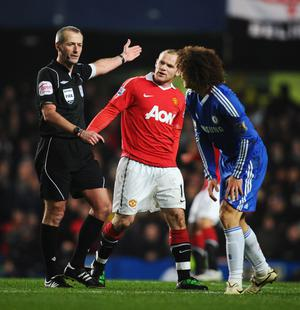 LONDON, ENGLAND - MARCH 01:  Wayne Rooney of Manchester United exchanges words with referee Martin Atkinson during the Barclays Premier League match between Chelsea and Manchester United at Stamford Bridge on March 1, 2011 in London, England.  (Photo by Clive Mason/Getty Images)