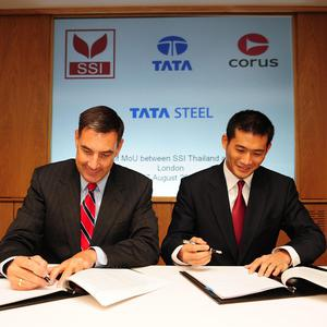 Corus CEO Kirby Adams (left) and SSI President Win Viriyaprapaikit (right) agree the deal