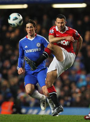 LONDON, ENGLAND - MARCH 01:  Ryan Giggs of Manchester United passes watched by Fernando Torres of Chelsea during the Barclays Premier League match between Chelsea and Manchester United at Stamford Bridge on March 1, 2011 in London, England.  (Photo by Clive Rose/Getty Images)