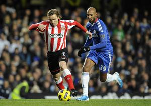 Sunderland's Boudewijn Zenden gets away from Chelsea's Nicolas Anelka during the Barclays Premier League match at Stamford Bridge, London. PRESS ASSOCIATION Photo. Picture date: Sunday November 14, 2010. See PA Story SOCCER Chelsea. Photo credit should read: Rebecca Naden/PA Wire. RESTRICTIONS: Use subject to restrictions. Editorial print use only except with prior written approval. New media use requires licence from Football DataCo Ltd. Call +44 (0)1158 447447 or see www.pressassociation.com/images/restrictions for full restrictions.