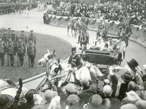 King George V, arriving at Belfast City Hall accompanied by Queen Mary to the opening of the first Ulster Parliament. 22/6/1921.