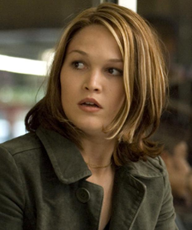 Julia Stiles co-stars alongside Matt Damon in The Bourne Ultimatum
