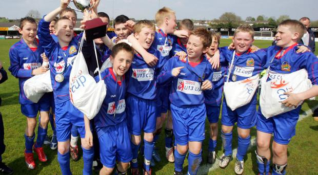 The winning Linfield team celebrate after beating Ards Youth 3 - 1 in the Tesco Cup Final at Stangmore Park, Dungannon. Picture By Rick Hewitt. 25/4/09.