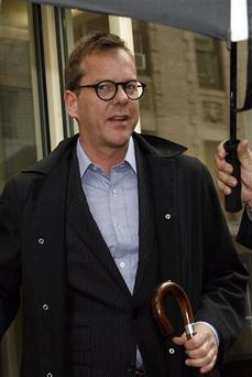 Actor Kiefer Sutherland leaves his Manhattan apartment before turning himself in to police Thursday, May 7, 2009 in New York. Sutherland entered a New York City police station Thursday for questioning about a fashion designer's claim that the actor head-butted him at a nightclub. (AP Photo/Jason DeCrow)