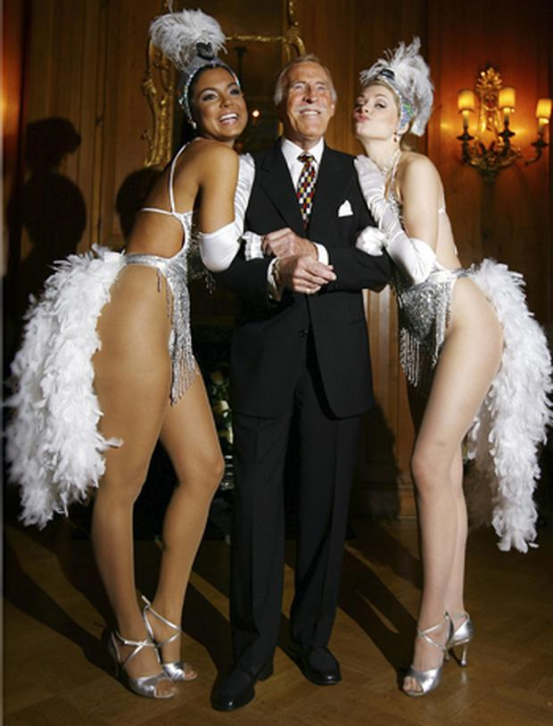 Bruce Forsyth with Miss Puerto Rico (L) and Miss Great Britain