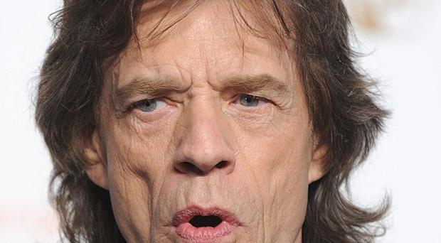 Mick Jagger has criticised Oasis for not connecting with the audience much