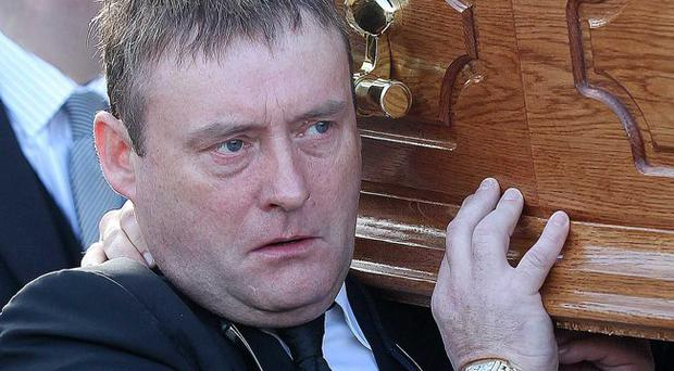 Jimmy White carries the coffin of Alex Higgins.