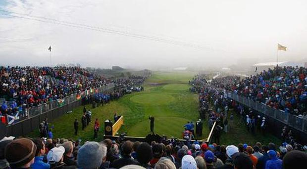 <b>0905:</b> Steve Stricker hits first shot through the mist