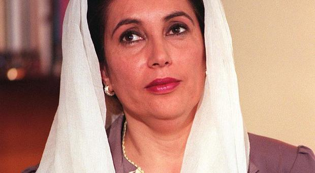 Arrest warrants have been issued against two senior Pakitani police officials in the former prime minister Benazir Bhutto's murder case