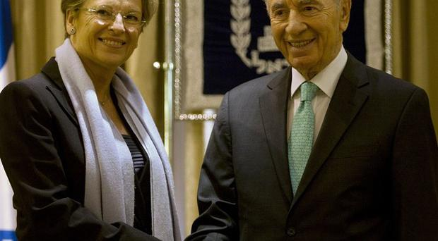 French Foreign Affairs Minister Michele Alliot-Marie greets Israel's President Shimon Peres (AP)
