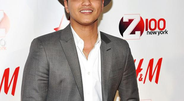 US pop star Bruno Mars has topped the singles and album charts