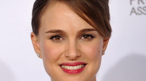 Natalie Portman's movie No Strings Attached has topped the US box office sales over the weekend