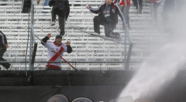 Police use hoses on rioting River Plate soccer fans(AP)
