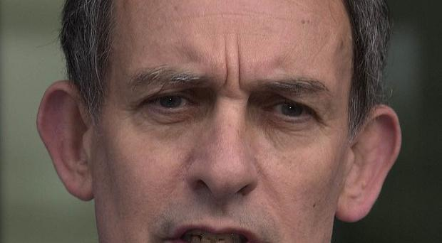 Stuart Kuttner, former managing editor of News Of The World, has been bailed in phone hacking probe, it is reported
