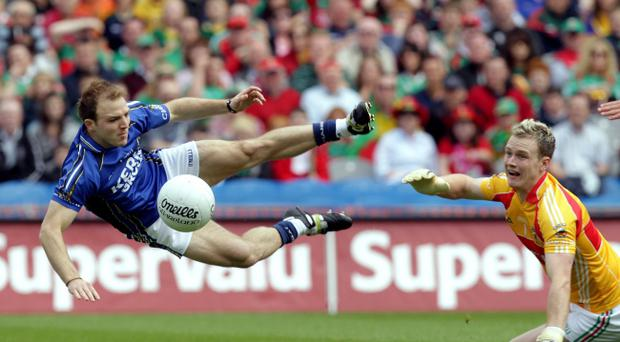 Kerry's Darran O'Sullivan (left) is challenged by Mayo goalkeeper Robert Hennelly in the All-Ireland semi-final at Croke Park yesterday