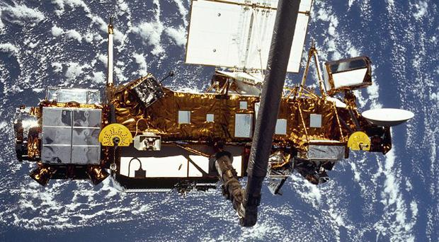 Nasa says that a defunct six-ton satellite has fallen from the sky