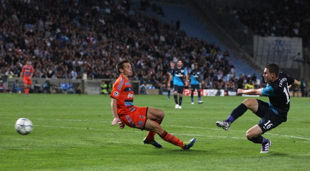 MARSEILLE, FRANCE - OCTOBER 19: Aaron Ramsey (R) of Arsenal scores the winning goal during the UEFA Champions League Group F match between Olympique de Marseille and Arsenal FC at Stade Velodrome on October 19, 2011 in Marseille, France. (Photo by Michael Steele/Getty Images)