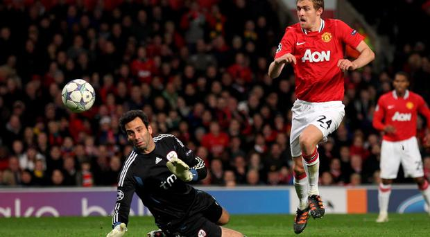 MANCHESTER, ENGLAND - NOVEMBER 22: Darren Fletcher of Manchester United beats Artur of SL Benfica prior to scoring his team's second goal during the UEFA Champions League Group C match between Manchester United and SL Benfica at Old Trafford on November 22, 2011 in Manchester, England. (Photo by Alex Livesey/Getty Images)