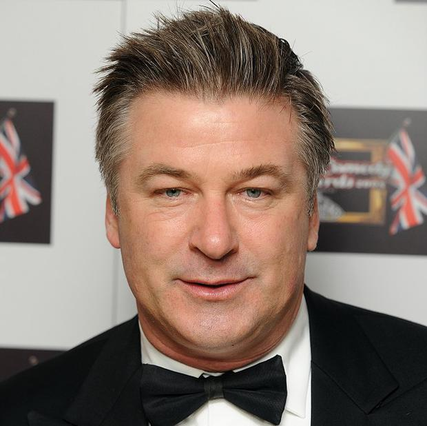 Alec Baldwin has apologised after a plane was delayed due to his refusal to stop playing a game on his mobile phone