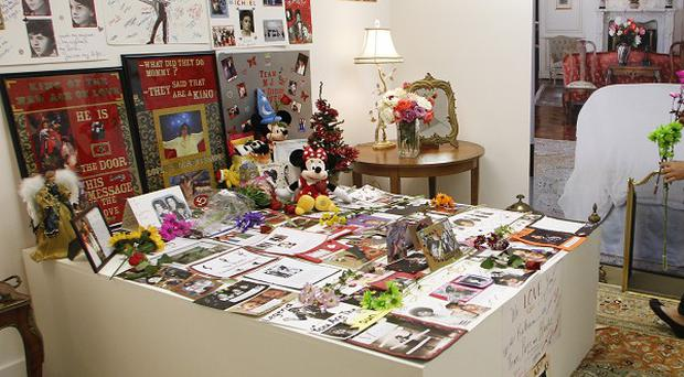 Tributes from Michael Jackson fans at Julien's Auctions (AP/Danny Moloshok)