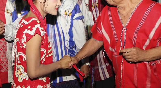 Karen National Union representative greet ethnic Karen people after a dinner with Burma's ministers (AP/Khin Maung Win)