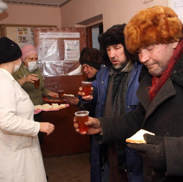 Red Cross workers give hot tea to homeless people in Donetsk, Ukraine (AP Photo/Photomig)