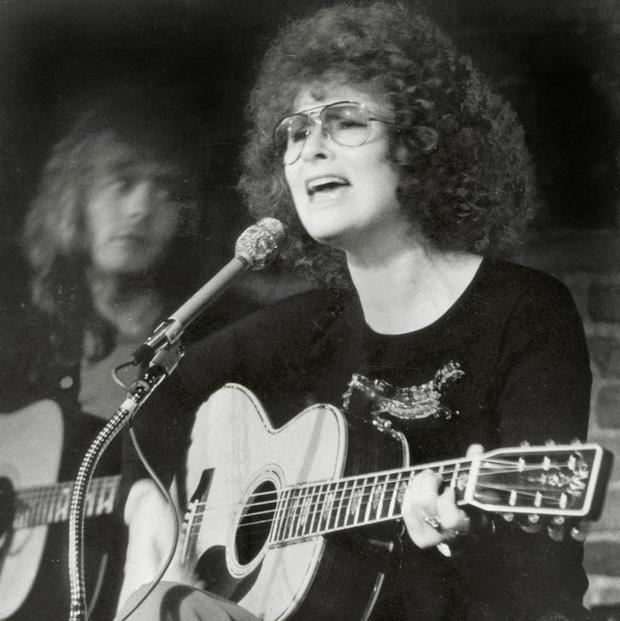 Slug: Previn. Sack# 17455. Morgue folder#: 64-616. Caption: Dory Previn performing at