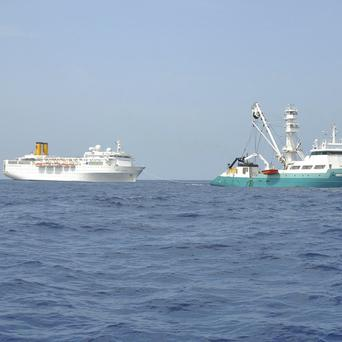 The Costa Allegra is being towed by a French fishing vessel (Reunion Island Prefecture)