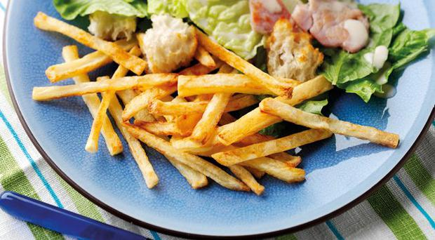 Eighties homemade thin chips with caesar salad